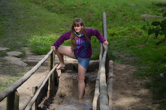 Kamila Steinová si užívá bahenní úsek stezky naboso.