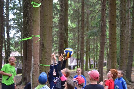 Anežka Rousková se napřahuje po míči.