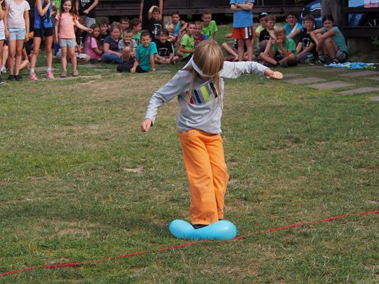 Míša Stein balancuje na balonku.